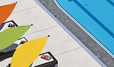 Rimbou lotus au bord d'une piscine