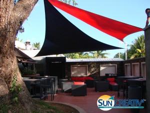 Voile d'ombrage design pour espace lounge