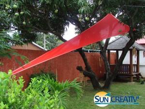 Voile d'ombrage accrochée à un arbre dans un jardin