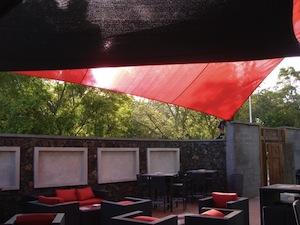 Salon de terrasse design protégé par des voiles d'ombrage