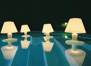 Lampe flottante en forme de méduse sur une piscine